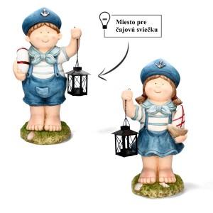 Chlapec alebo dievča držiaci lampášik s miestom na čajovú sviečku oblečený v námorníckom štýle 34605